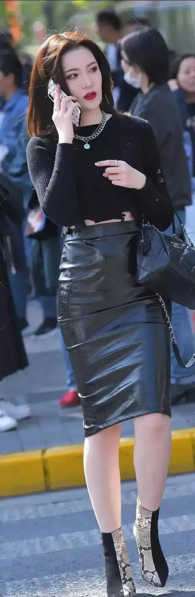 又是一个穿黑皮裙的玉人,她的鞋子也与众差异_新闻娱乐新闻
