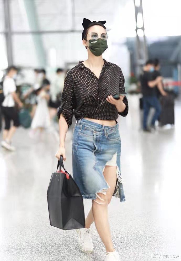 """张歆艺也太潮了,牛仔裙直接撕到大腿好时髦,""""发面脸""""好显气场"""