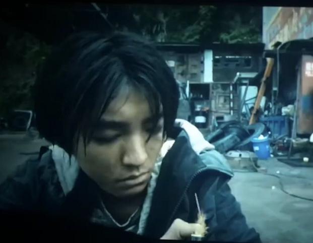 王俊凯为剧暴瘦20斤不算啥,当街坐厕所都愿意,路人眼神充满敬佩