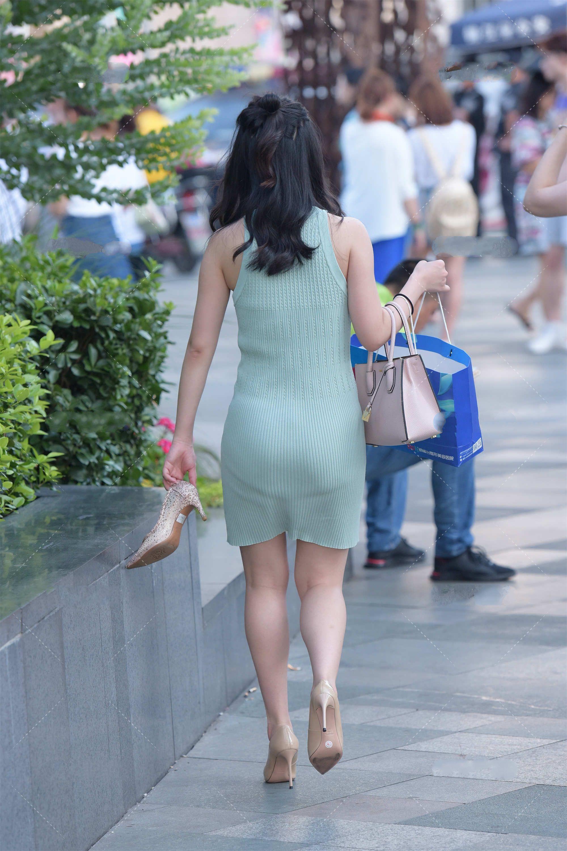 丸子头发型可爱减龄,浅绿色连衣裙清新自然,穿搭简约时尚