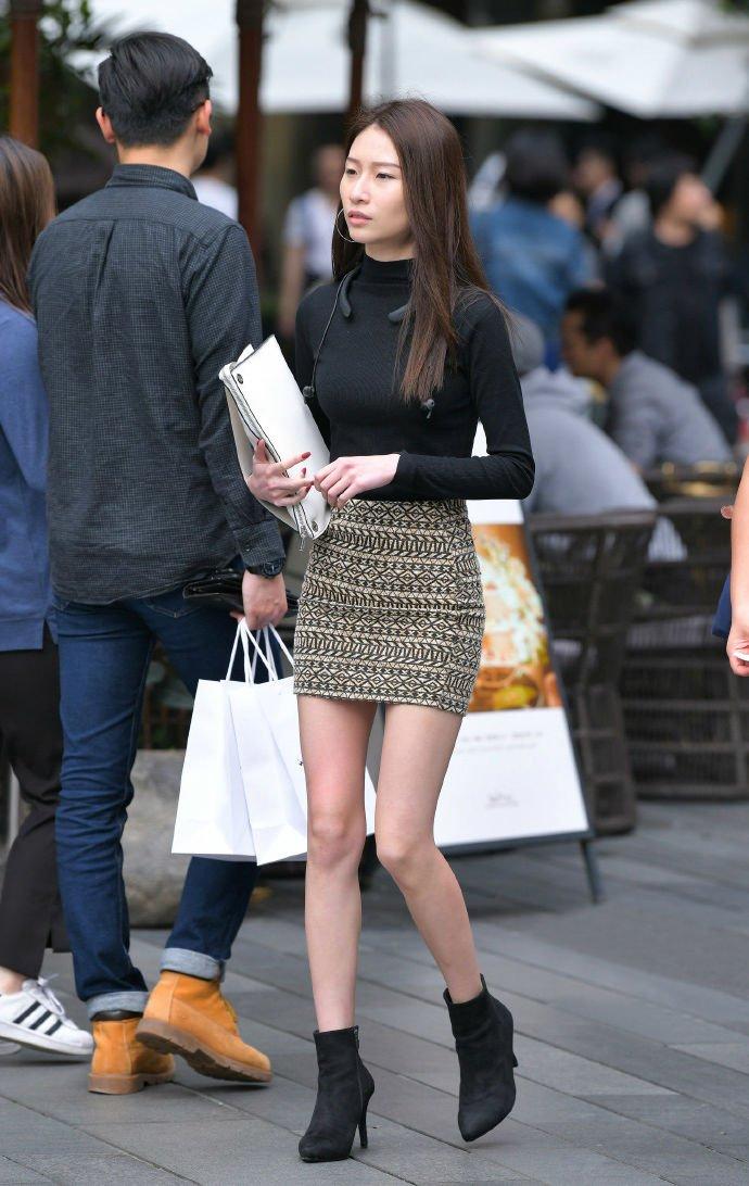 用短靴来搭配短裙,可以舒适时尚地穿着它,很有年轻时尚感