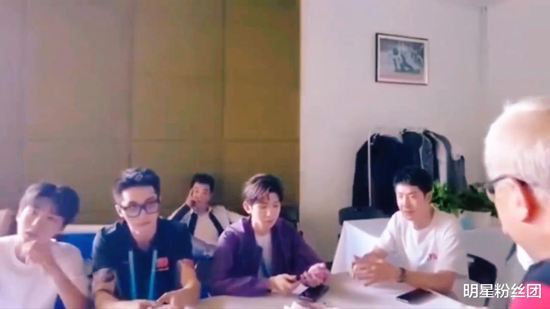 王俊凯王源李易峰后台打扑克,凯源合体,颜值真的好绝_日韩娱乐新闻