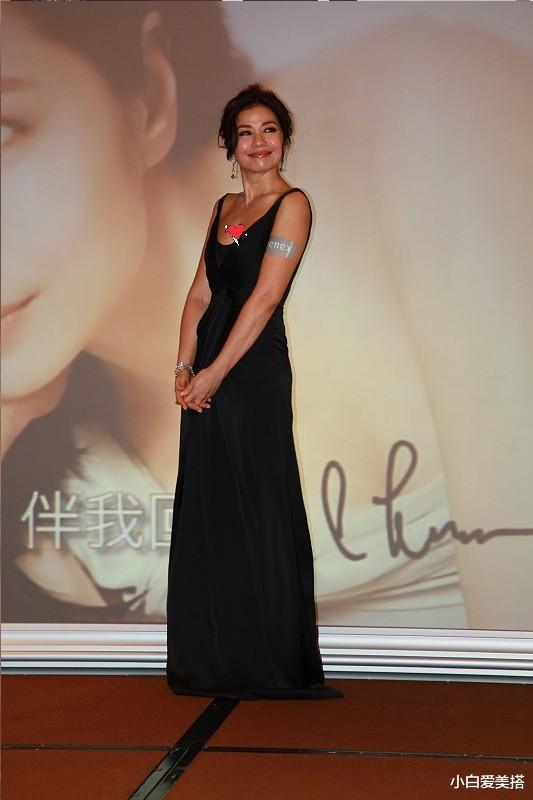 """""""世紀美人""""鐘楚紅何止迷人那麼簡單,穿黑色吊帶裙,優雅又從容"""