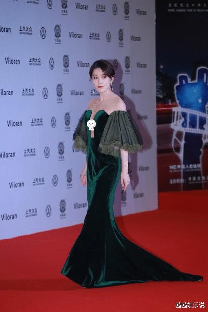 张馨予到底有多大尺度,穿绿色深开叉长裙,连摄影师都看傻眼了
