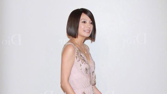 45岁赵薇大方秀出微胖身材,穿粉色纱裙气质高贵,显嫩效果超自然