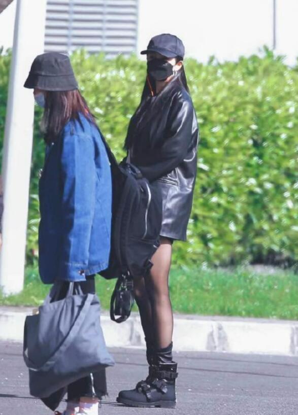 杨幂拎两万水晶包现身!穿黑丝炫出一双肌肉腿,穿靴子都嫌太宽松