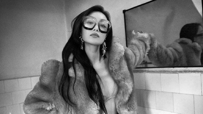 倪妮黑白写真曝光,衣衫褴褛摆拍豪放,气质火辣氛围感十足