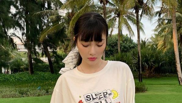 """""""辣妈""""李小璐比年轻人会玩,在T恤后面选择开叉,显高又显身材"""