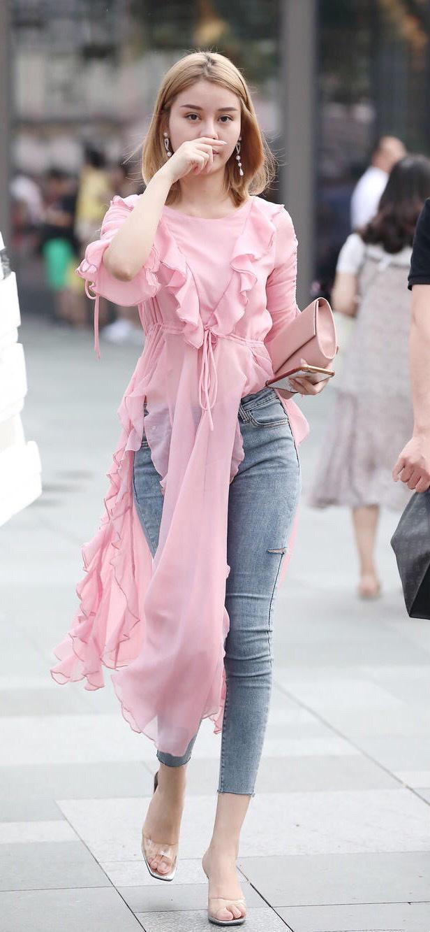 粉色长款纱质短袖搭配牛仔裤,潮流元素的破次融合,时尚感满分!