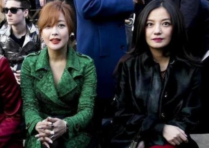 当43岁金喜善遇上44岁赵薇,网友:这就是玻尿酸脸和天然脸的区别