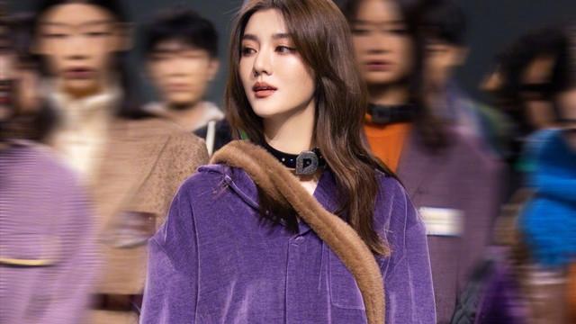 28岁吴千语现身上海时装周,一身紫色套装走T台,气质还像小姑娘