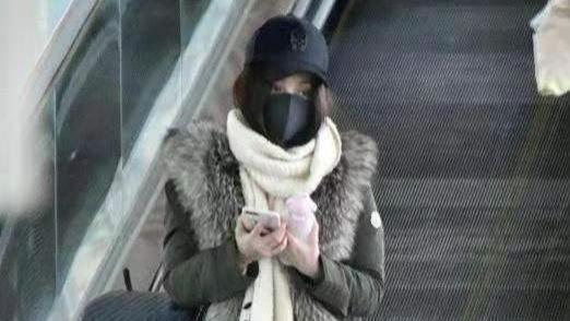 姚笛罕见走机场,貂皮大衣配长卫衣略显厚实,仿佛还在过冬