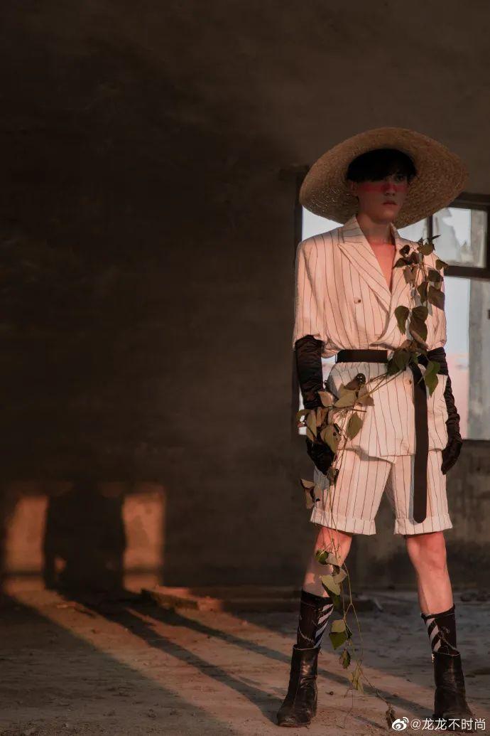 腾讯娱乐新闻首页_被校园霸凌,他穿上女装在墟落出道,惊艳外媒:时尚基因太壮大
