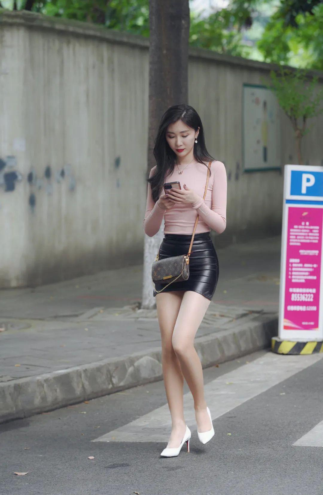 街拍:穿黑裙的时髦女生,长发的女孩都都雅
