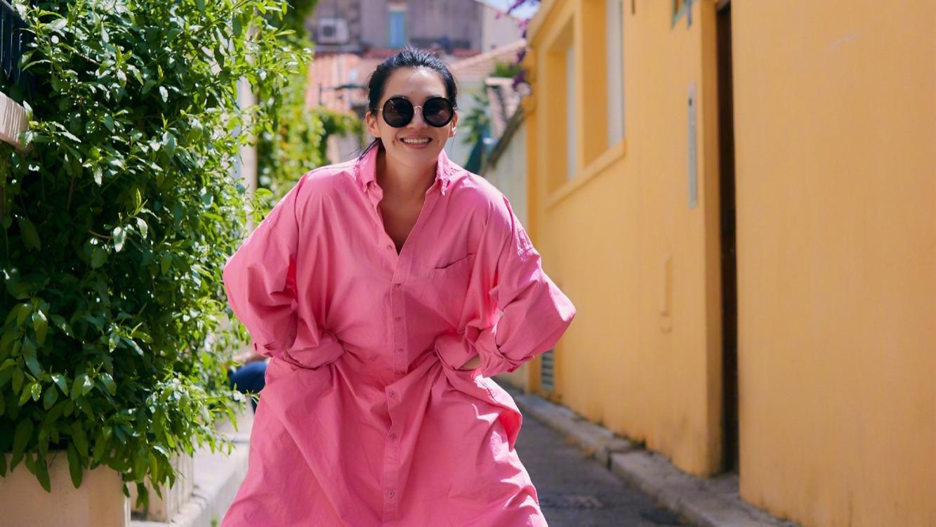 """52岁许晴""""装嫩""""好自然,穿粉色长衬衣,这鞋子搭配更显少女感"""