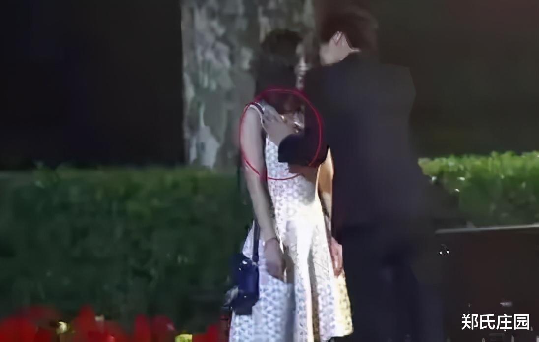有一次拍到黄轩摸杨幂的大腿,黄轩:乱讲,我帮她把裙子往下拽拽_新浪娱乐新闻