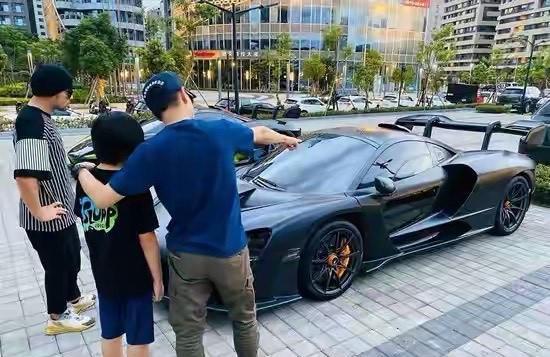林志颖带儿子参观周杰伦的豪车,目的很明显,周董的站姿亮了!