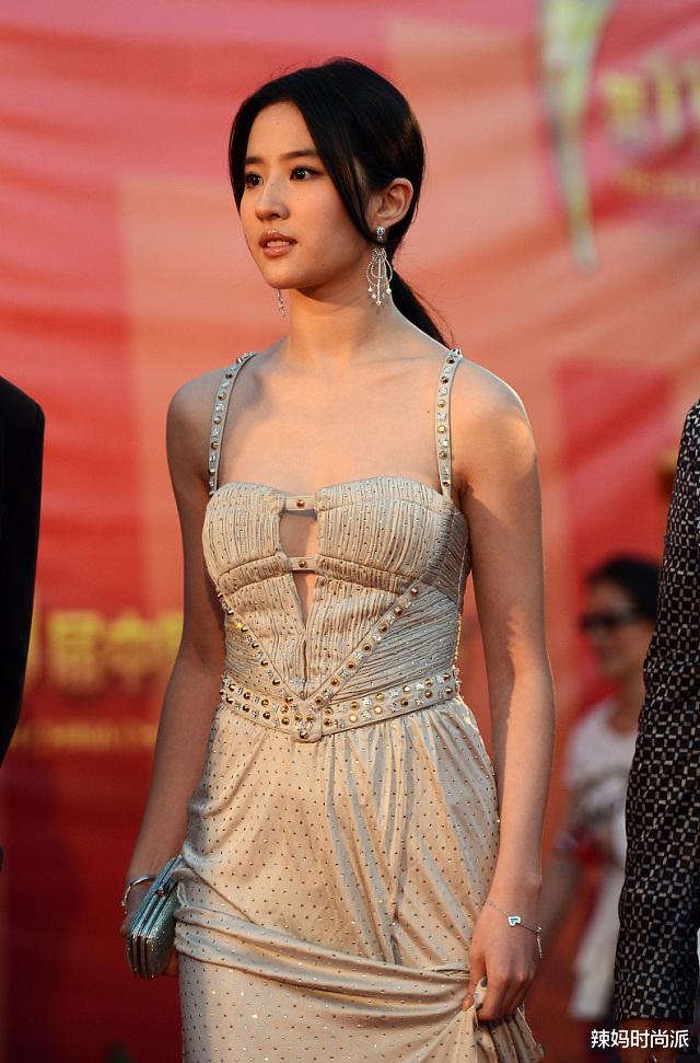 刘亦菲很会拿捏标准,穿镂空裙走红毯,涓滴不担忧走光