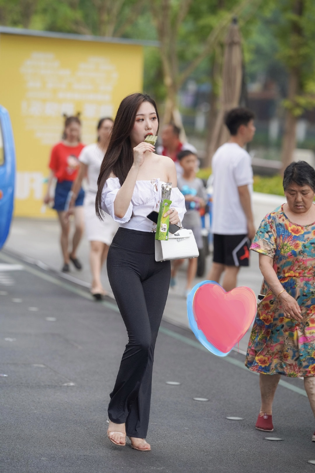 优美有气质的小姐姐穿着玄色喇叭裤搭配白色露肩衬衫出来逛街!_娱乐新闻主持