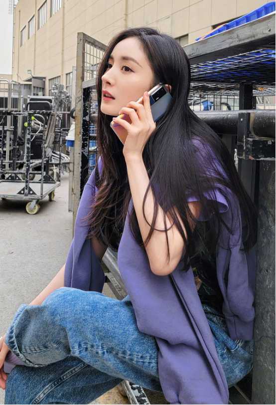 杨幂嫩的不像当妈的,不说真猜不出来她孩子6岁了,侧脸立体挺美