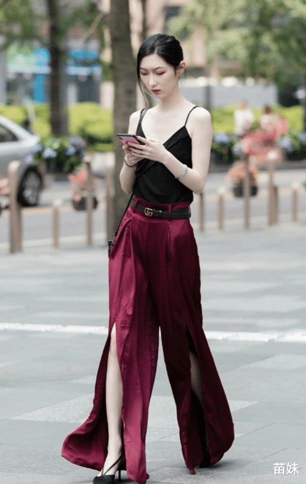 """小姐姐身穿深V吊带裙裤,裤子前""""剪个大缝"""",走路带风气场全开"""