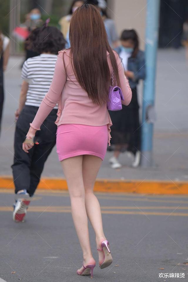 一身粉色穿搭,加上绑带花边设计,可爱无限