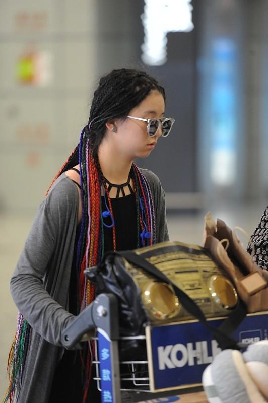 楊麗萍的外甥女雖然才20多,但是打扮的挺奇怪,服裝老氣造型大膽