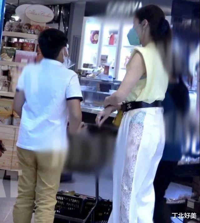 年近60的李嘉欣,穿蕾丝长裤出街露出内衣,妙曼身材尽显无遗