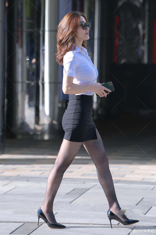 白衬衣搭配黑色短裙,精致干练端庄大方,日常出勤必备