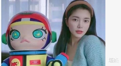 杜淳老婆王灿晒自拍,万元娃娃太抢眼