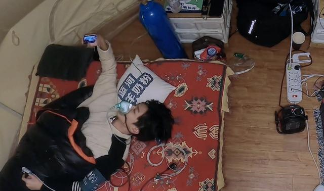 王俊凯上节目沉迷玩手机,不停拍照打字分享还嘴角带笑被质疑塌房
