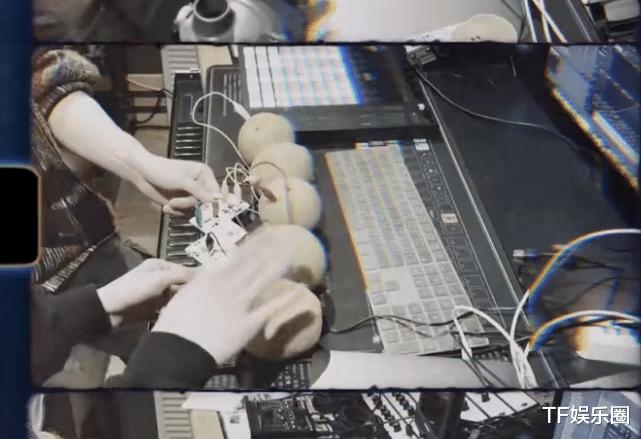 王源用橘子做音乐,原理很复杂,必须要牵手才能导电,粉丝有福了