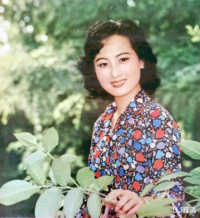 美女程晓英,当年齐名刘晓庆,却当红时息影,如今74岁近照曝光,优雅知性