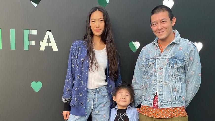陈冠希一家三口亮相,超模老婆秦舒培气场强大,4岁女儿穿搭时髦