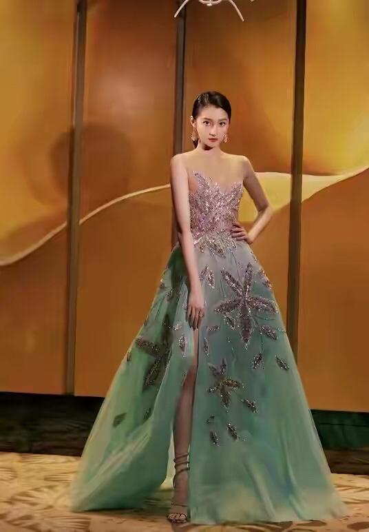 关晓彤在外洋美到耀眼,礼裙镶满珠宝华美尊贵,连气质都升华了_港台娱乐新闻