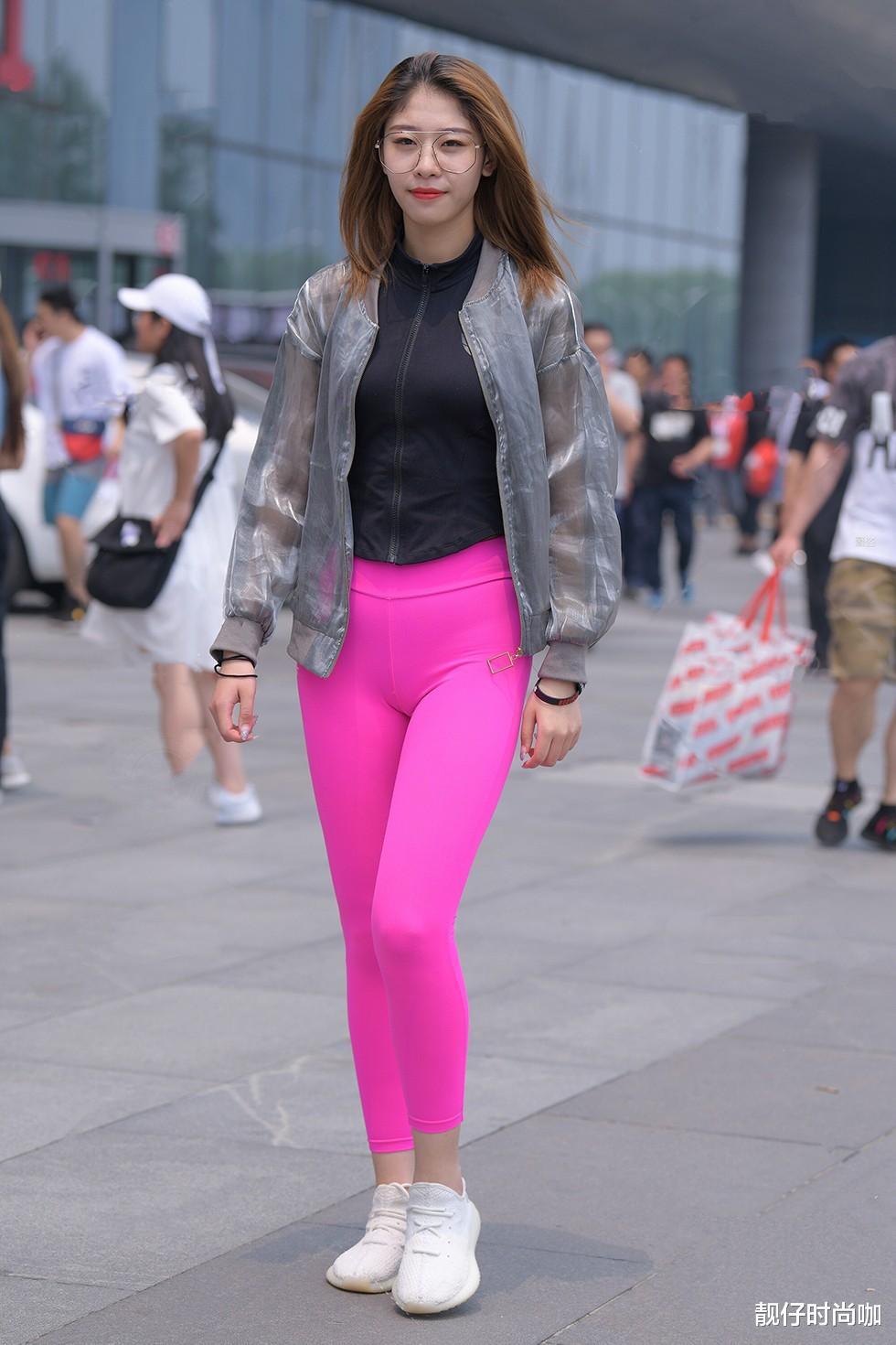 黑色上衣+粉色瑜伽裤,鲜艳又好看,搭配好看的外套,青春时尚!