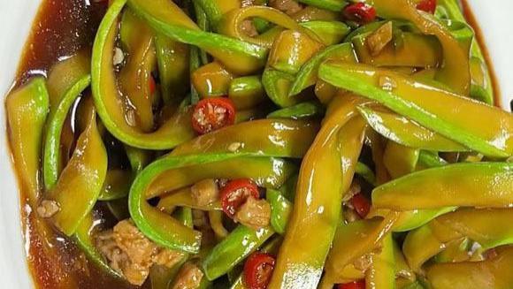 夏日别总吃黄瓜丝瓜,这食材高钙,水分足,熬个料锅中一翻,好吃