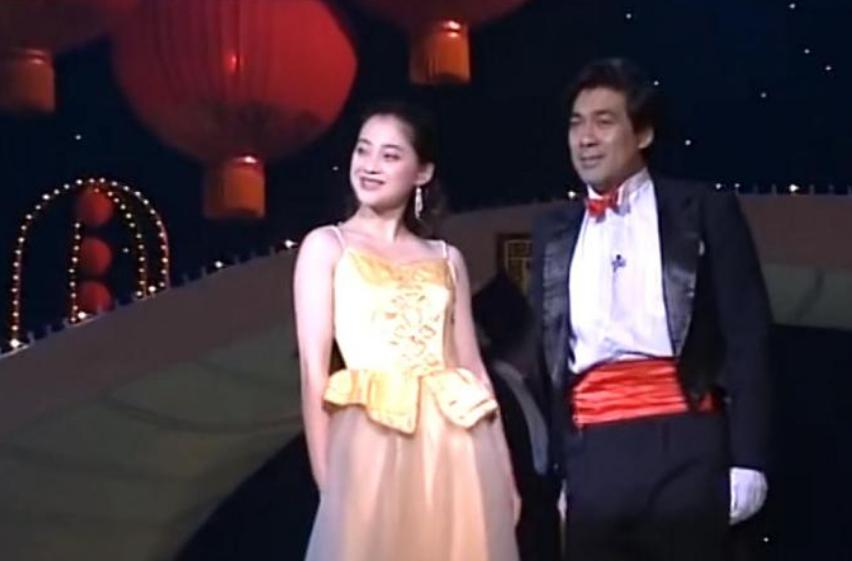 26年前的春晚,有谁注意朱时茂旁边的小女孩?如今红得一塌糊涂