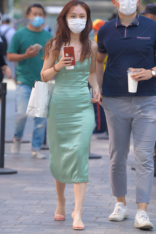 淡绿色长裙只有清新气质?配合丝质面料,又添优雅浪漫气质