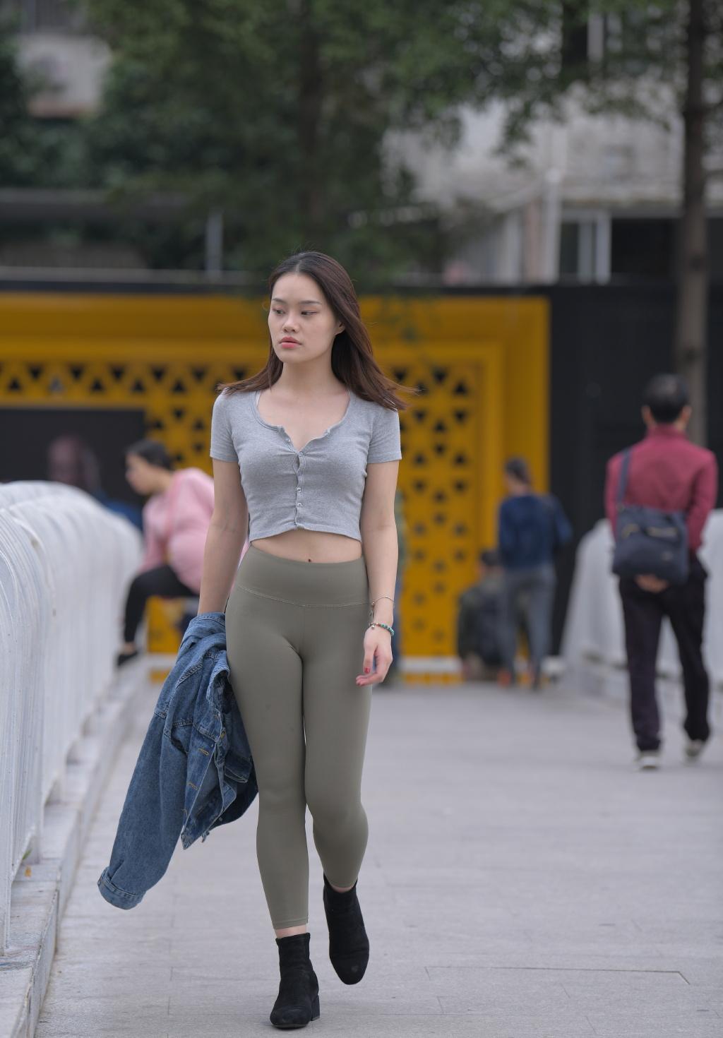 健身小姐姐很自信,穿这样的裤子出街,时尚又有型