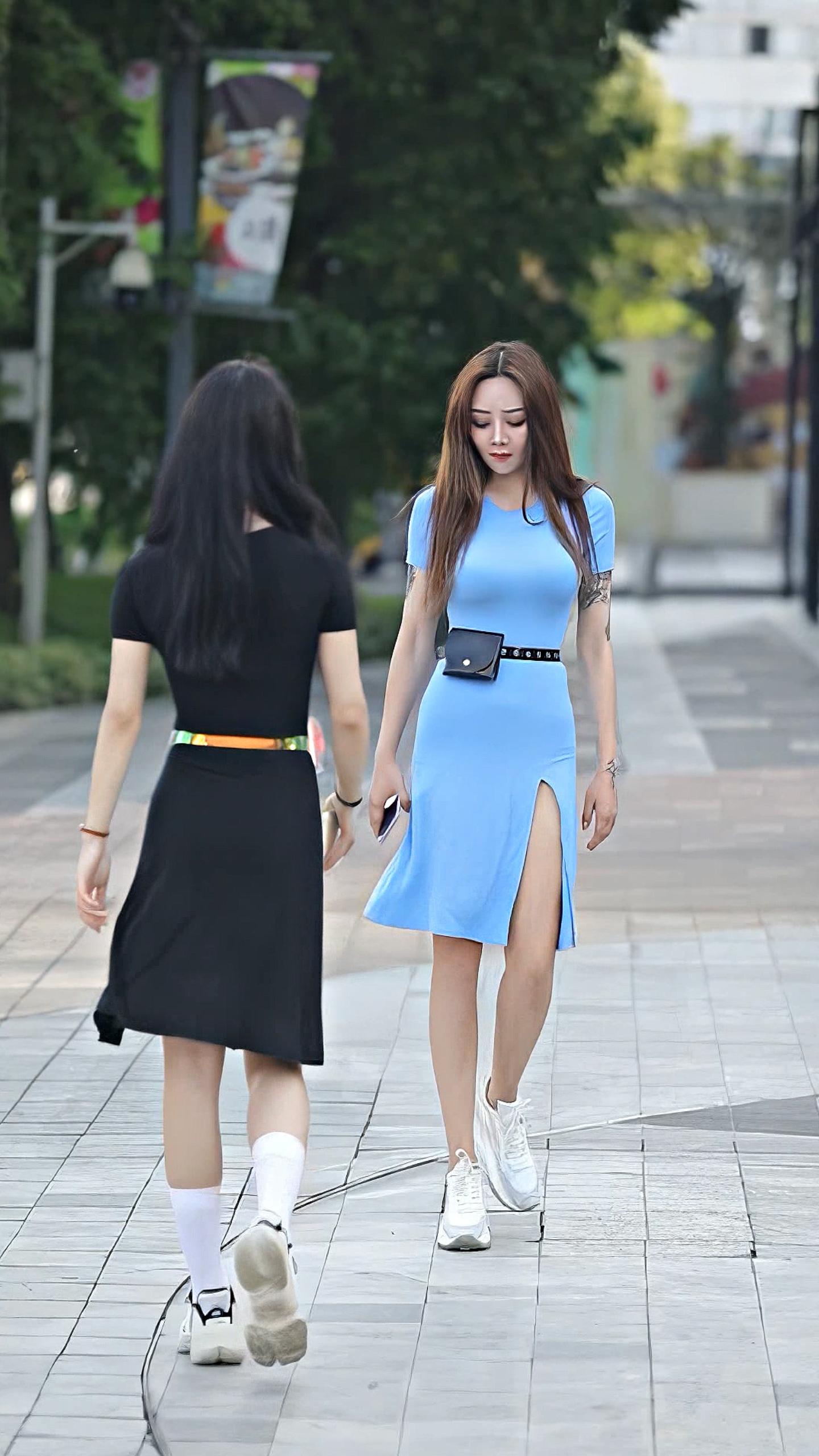 蓝色长裙怎么穿搭,才能显得不过时,而且还可爱