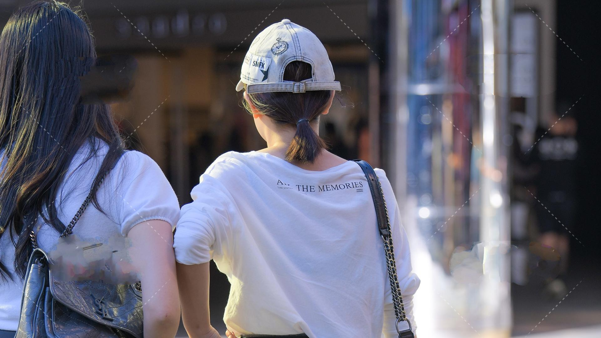 白色大圆领T恤纯棉面料,长袖宽松设计,搭配牛仔热裤尽显少女感