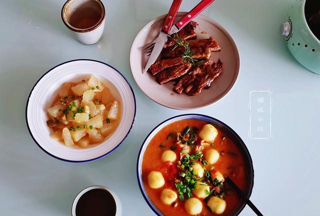 两口子的午餐荤素搭配,咖哩鱼丸汤味道真不错,简单美味又营养