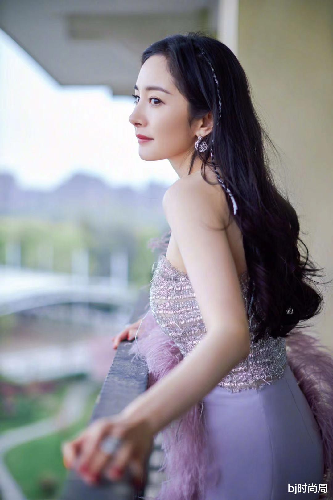 显高显瘦就学杨幂穿紫色系礼服,加上裙摆设计,增高5功夫超简单