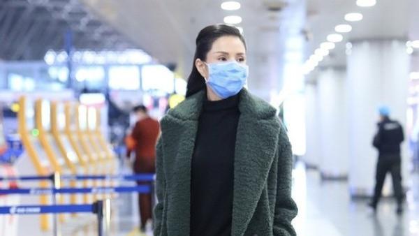 别看李若彤50多岁了,打扮照样年轻显嫩,穿羊绒大衣太有韵味了