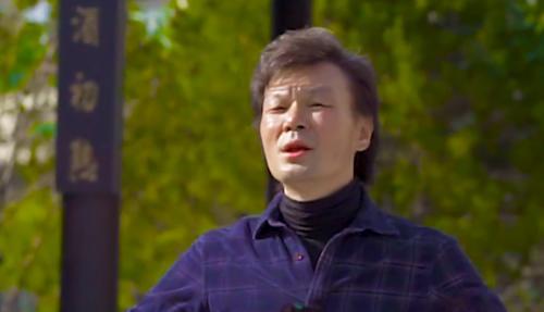 主持人李彬出院后近况暴光,面部浮肿头发惨白,和事情职员欢过国庆