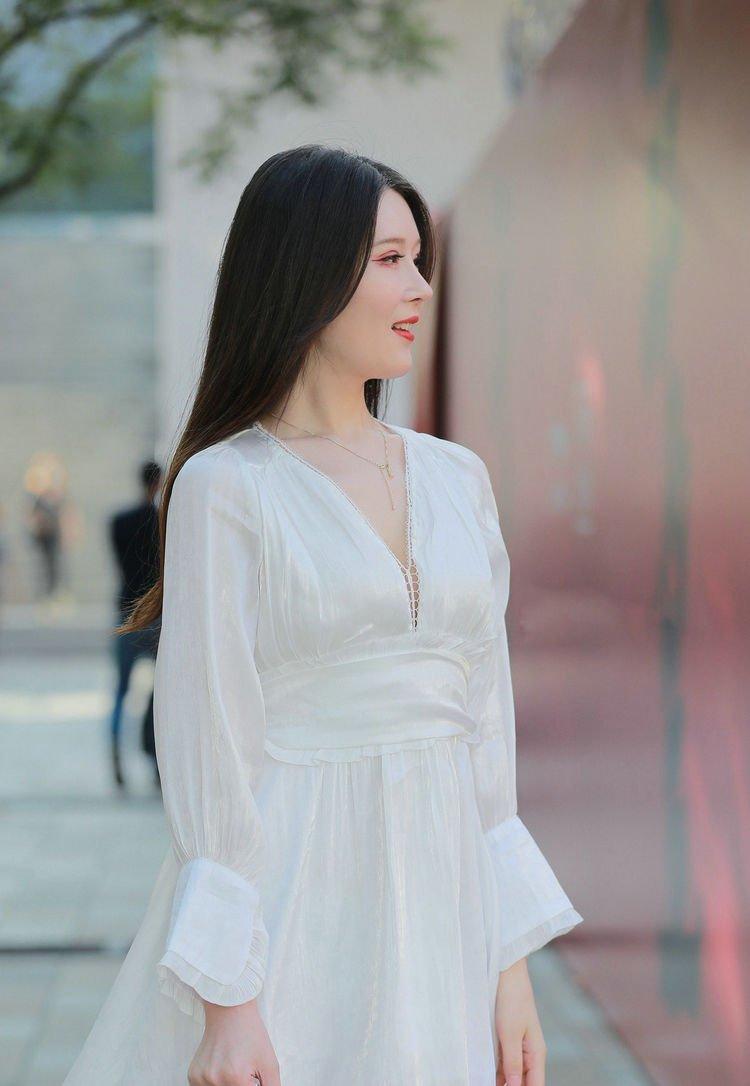 女生穿白色服饰不仅显年轻,还能凸显清新唯美又优雅的迷人气质