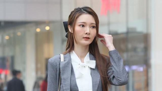 白衬衫加灰色西服三件套,搭配黑丝袜和高跟鞋,时尚利落又有英气