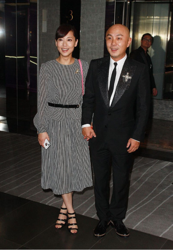 张卫健的老婆真挺会保养的,虽然已经是中年人,但依旧有颗少女心