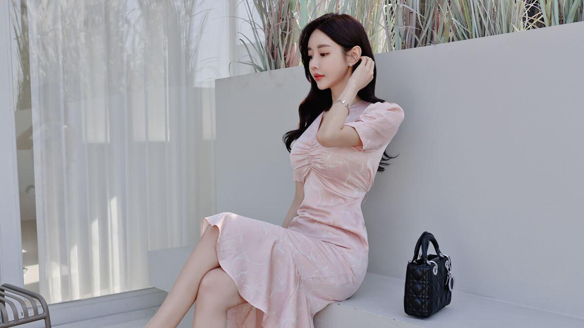 热门时尚女装搭配,2021最新孙允珠时尚写真, 微甜蜜桃科尔多瓦经典刺绣裙